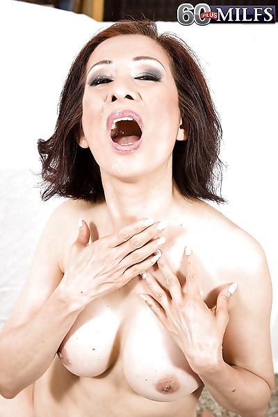 एशियाई बूढ़ी औरत किम Anh giving..