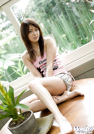 Svelte asian babe with long..