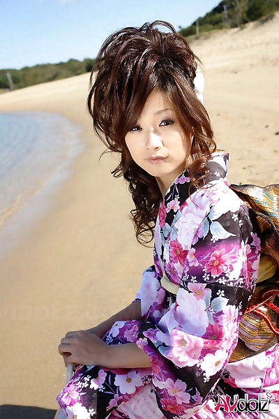 asiático modelo Chiaki strolls..