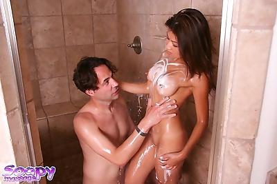 Nóng Châu á mẹ, Jackie Lin mút những Hãy ra ngoài những một soapy thằng trong những Tắm