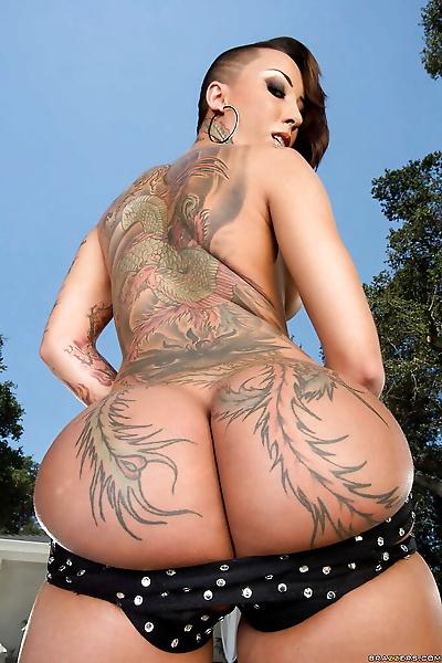 纹身 亚洲 贝贝 贝拉 Bellz 演示了 她的 完美的 屁股